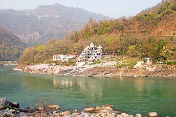 Der Fluss Ganges in Indien bei Lakshman Jhula von Nisangha Masselink