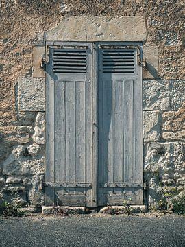 Altes Tor in Frankreich von Art By Dominic