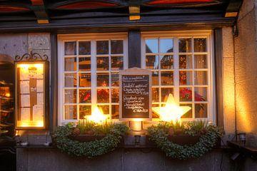Oud herbergraam met menukaart op de kerstmarkt in de Kiepenkerl in de schemering, M�nster in Westfal van Torsten Krüger