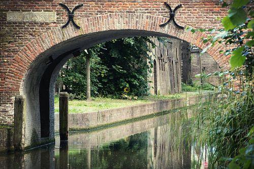 De Brigittenbrug in Utrecht over de Nieuwegracht in kleur. van