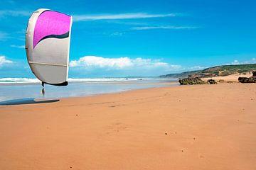 Kitesurfen am Strand von Carapateira in Portugal von Nisangha Masselink