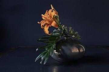 Stilleben mit Taglilie, Dill in Vase aus Mobach-Keramik von Affect Fotografie