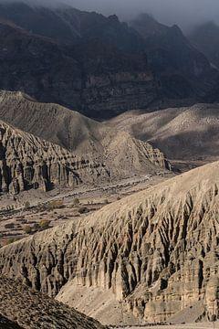 Des montagnes escarpées dans l'Himalaya au Népal.