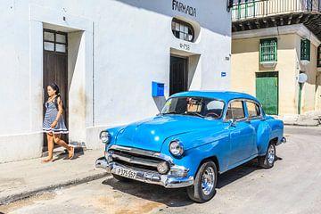 Blauwe oldtimer in Havana sur Petra Cremers