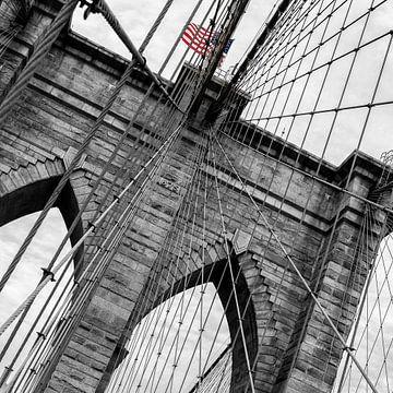 Amerikanische Flagge auf der Brooklyn Bridge (schwarz-weiß) von Natascha Velzel
