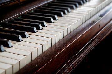 antike hölzerne Klaviertastatur, Musikkonzept, ausgewählter Fokus und geringe Tiefenschärfe von Maren Winter