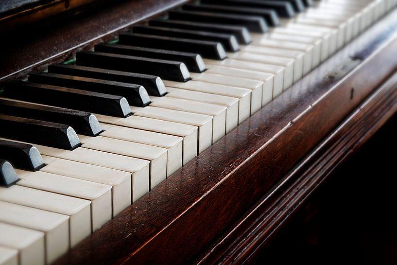 antiek houten pianoklavier, muziekconcept, geselecteerde focus en ondiepe scherptediepte van Maren Winter