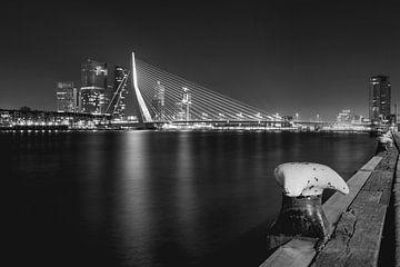 Nachtelijke skyline foto Erasmusbrug Rotterdam Nederland van Retinas Fotografie