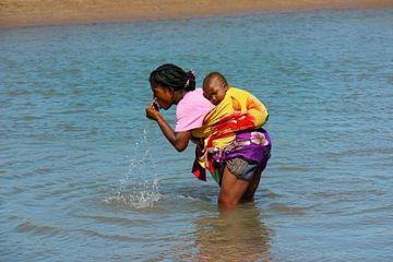 uit rivier drinkende vrouw met kind van Marieke Funke