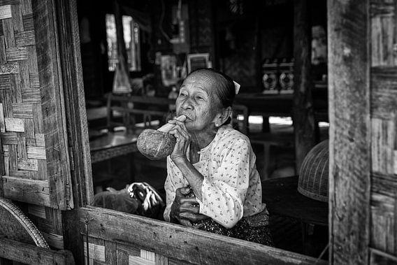 BAGHAN,MYANMAR, DECEMBER 12 2015 -Oude vrouw rookt de traditionele cheroot sigaar voor haar woning i