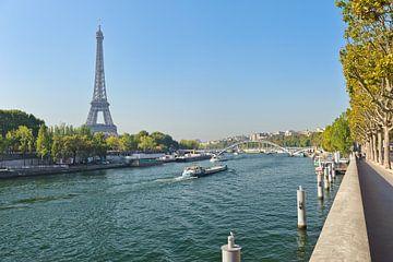 Zicht op de Seine en de eiffeltoren. van Rene du Chatenier