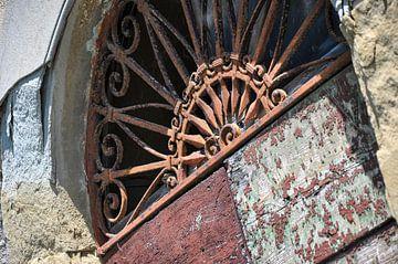 Ornement au-dessus d'une vieille porte rustique en bois sur Wil Wijnen
