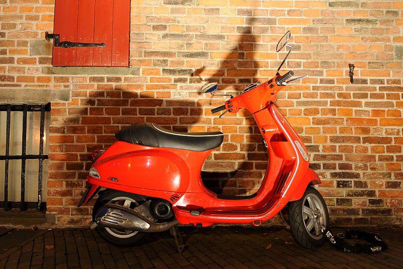 Rode Vespa Scooter van Wiljo van Essen