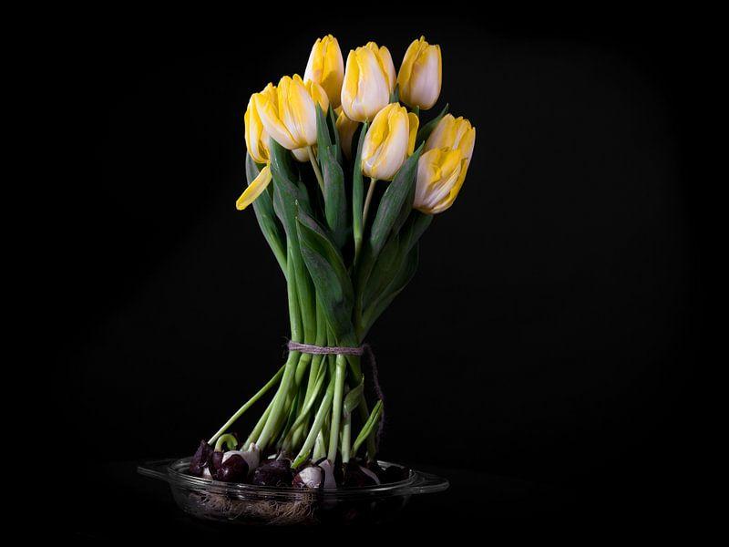 Bloeiend boeket gele tulpenbollen van Atelier Liesjes