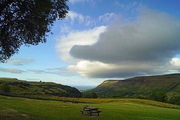 Wolken über einem Rastplatz in Nordirland. von Babetts Bildergalerie
