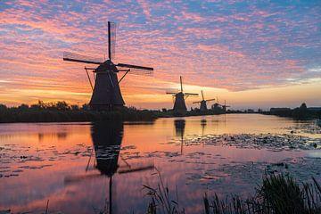 Kinderdijk in Holland met zonsopgang van Marcel Derweduwen