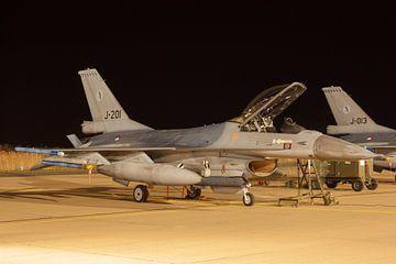 Een F-16 staat klaar voor een nachtvlucht van