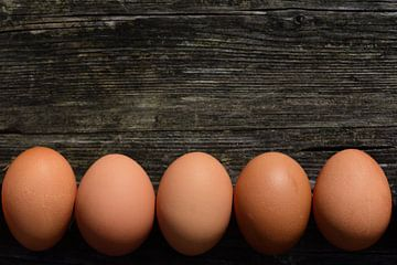 Eieren die naast elkaar op hout liggen van Ulrike Leone