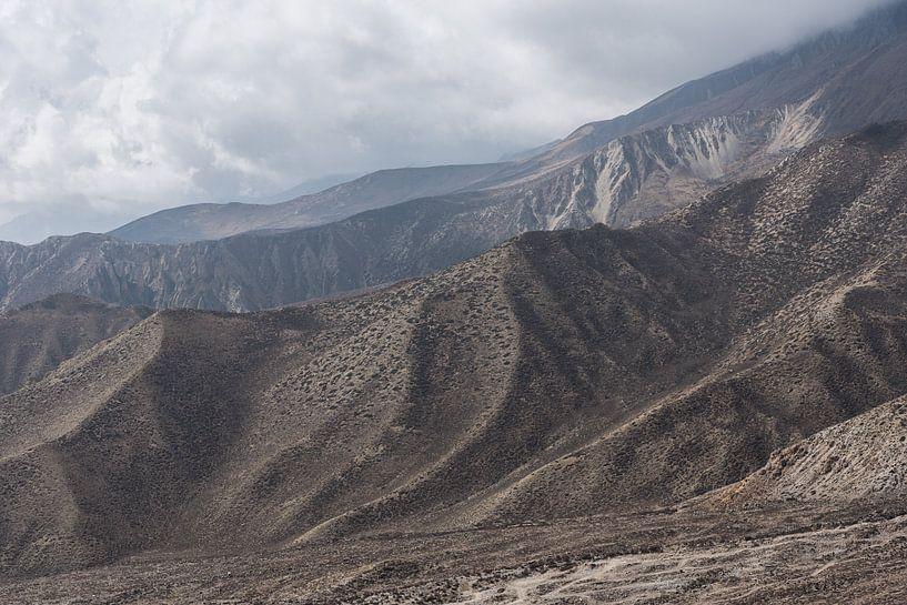 Bruin rotsachtig gebergte in de Himalaya   Nepal van Photolovers reisfotografie