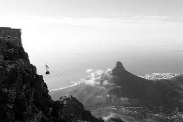 Zwart-wit foto van kabelbaan op de Tafelberg in Kaapstad met Lion's Head op de achtergrond, Zuid Afr van Romy Wieffer