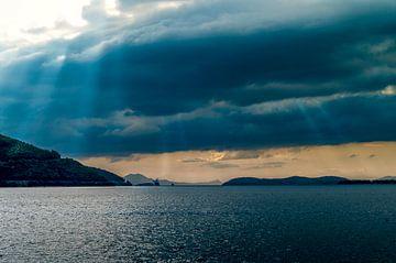 Sonnenstrahlen über dem Meer von Miranda van Hulst