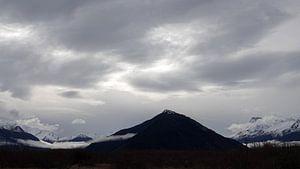 Zilveren lucht boven bergen bij Glenorchy in Nieuw Zeeland