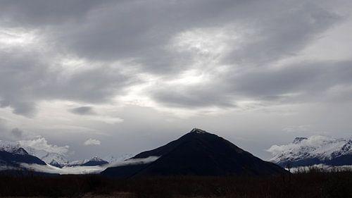 Zilveren lucht boven bergen bij Glenorchy in Nieuw Zeeland van