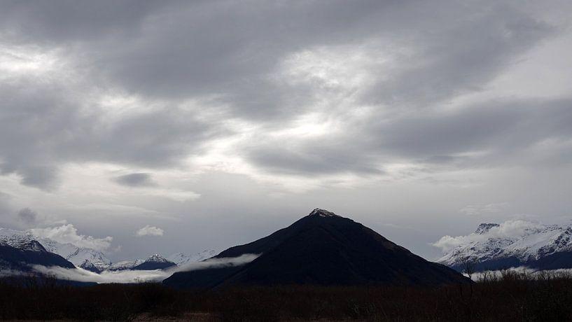 Zilveren lucht boven bergen bij Glenorchy in Nieuw Zeeland van Aagje de Jong