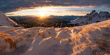 Sonnenuntergang in den winterlichen Bergen von Coen Weesjes