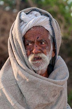 India: Bejaarde met witte tulband (Jorawarpur) van Maarten Verhees