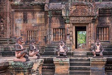 Figures mythologiques dans la cour du temple, Cambodge sur Rietje Bulthuis