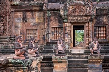 Mythologische Figuren im Innenhof des Tempels, Kambodscha von Rietje Bulthuis