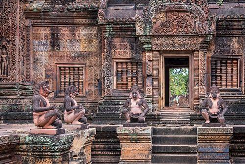Mythologische figuren op de binnenplaats van de tempel, Cambodja