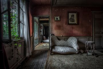 Bank in verlassenen Herrenhaus von Kelly van den Brande