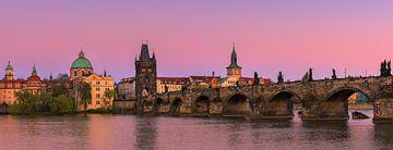 Le célèbre pont Charles au coucher du soleil à Prague en République tchèque sur Henk Meijer Photography