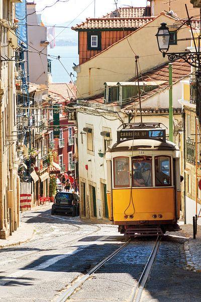 Tram in Lissabon van Dennis van de Water
