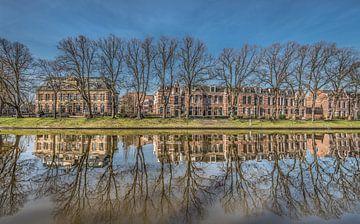 Leeuwarder stadsgracht met links het voormalige ziekenhuis, het Diakonessehuis van Harrie Muis
