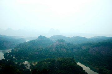 Een rivier door de mistige bergen van Guangdong von André van Bel