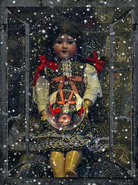 Raamaanzicht - Oude pop met glazen bol van Christine Nöhmeier