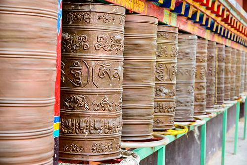 Gebedsmolens in het Surmang Namgyaltse Klooster in Modrong, Nangchen regio van