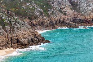 Blauwe zee en rotsen Zuid Engeland van Marly De Kok