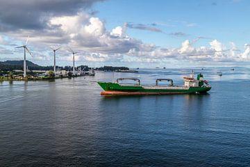 Frachtschiff vor dem Hafen von Port Victoria auf der Seychellen Insel Mahé von Reiner Conrad