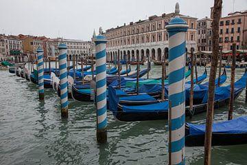 Gondels in het grote kanaal in Venetië, Italië van Joost Adriaanse