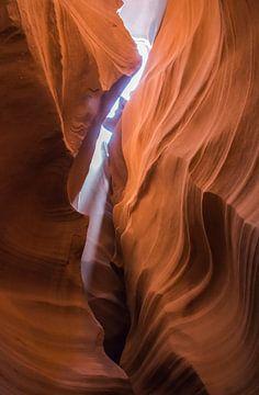 Lichtbundel in de kloof van Antelope Canyon, Arizona van Rietje Bulthuis