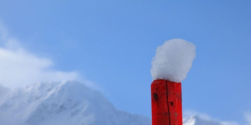 Eenzaam paaltje met sneeuwhoedje van Ludo Verhoeven