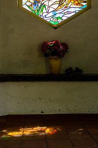Glas in lood lichtinval in oud kerkje in Nederland