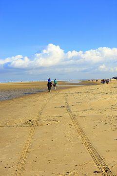 ruiters op Renesse strand van Bram Claassen