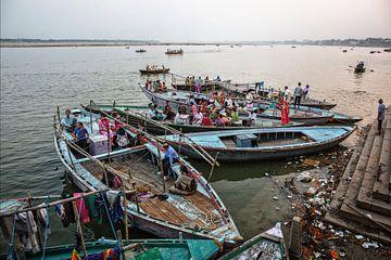 Varanasi stadanikarnika-ghat in Varanasi India bij zonsondergang van Tjeerd Kruse