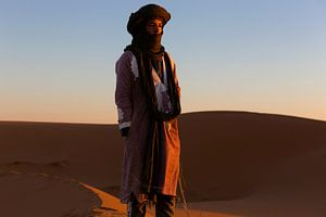 Sahara man in Merzouga woestijn Morocco zonsopkomst