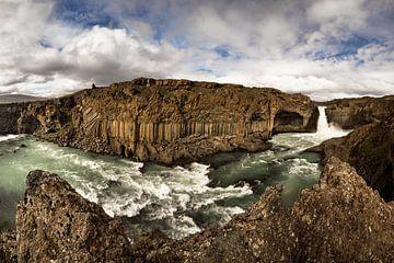 Panorama met waterval, rotsen en weidse landschappen van